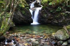 Wasserfall mit splashpool lizenzfreie stockfotografie