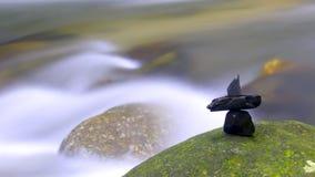 Wasserfall mit Steinarrangeme Lizenzfreies Stockbild