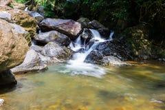 Wasserfall mit tiefgrünem Waldhintergrund Lizenzfreies Stockfoto