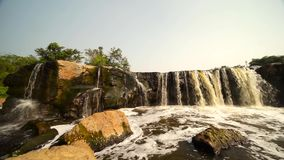 Wasserfall mit verschmutztem Wasser stock video footage