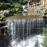 Wasserfall mit warmem Wasser von der heißen Quelle Stockbild
