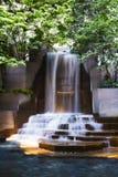 Wasserfall mitten in einem Brunnen in Charlotte North Carolina lizenzfreie stockbilder