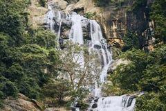 Wasserfall mitten in reiner Natur lizenzfreie stockfotografie