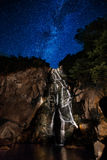 Wasserfall nachts Stockbild