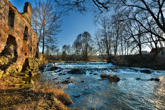 Wasserfall nahe der ruinierten alten Mühle Stockfoto