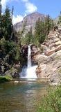 Wasserfall nahe Medizin zwei im Glacier Nationalpark Lizenzfreie Stockfotografie