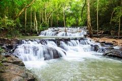 Wasserfall in Nationalpark Namtok Samlan Lizenzfreie Stockfotos