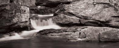 Wasserfall-Panorama in B&W Stockfotografie