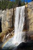 Wasserfall-Regenbogen Stockfotos