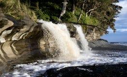 Wasserfall in Sandcut-Strand Stockbild