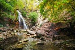 Wasserfall Schöne Herbstlandschaft stockfoto