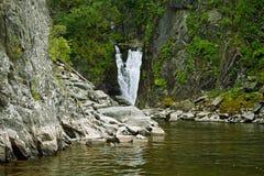 Wasserfall in See Teletskoye Kishte. Altai Stockbilder