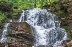 Wasserfall Shepit in den Karpatenbergen Lizenzfreie Stockfotos
