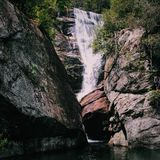 Wasserfall-Springen stockfotografie