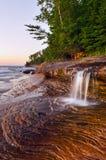 Wasserfall am Strand. Lizenzfreie Stockbilder