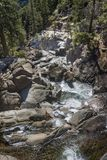 Wasserfall stromabwärts in Yosemite Nationalpark Lizenzfreie Stockbilder