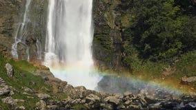 Wasserfall szenisch mit Regenbogen Zeitlupe-Gesamtlänge stock video