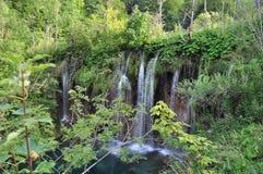 Wasserfall in Türkis-Green See Lizenzfreies Stockbild