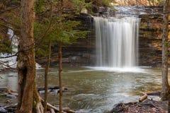 Wasserfall tief im Wald Stockfotografie