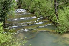 Wasserfall und Bassins von Baume les messieurs Lizenzfreie Stockbilder