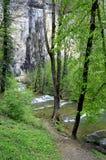 Wasserfall und Becken von Baume les messieurs in Frankreich Lizenzfreie Stockfotos