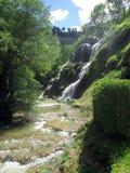 Wasserfall und Becken von Baume les messieurs in Frankreich Lizenzfreies Stockbild