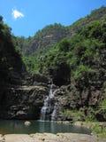Wasserfall und blauer Himmel Stockfotos