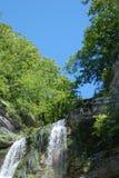 Wasserfall und blauer Himmel stockbilder