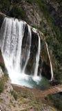 Wasserfall und Brücke Lizenzfreies Stockbild