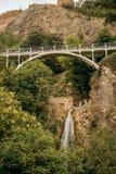 Wasserfall und die Brücke lizenzfreies stockbild