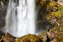 Wasserfall und ein Mädchen Stockfotos