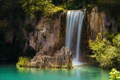 Wasserfall und ein See im Plitvice See-Nationalpark Lizenzfreies Stockbild