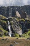 Wasserfall und enorme Steinblöcke Lizenzfreies Stockbild