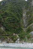 Wasserfall und ewiger Frühlings-Schrein am steilen Berg bei Taroko, Taiwan Lizenzfreies Stockfoto