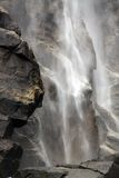 Wasserfall und Felsen Stockbilder