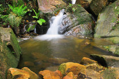 Wasserfall und Felsen Stockfotos