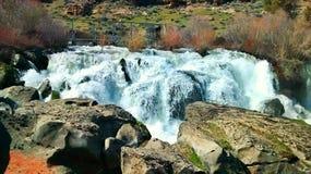 Wasserfall und Felsen Lizenzfreie Stockfotos