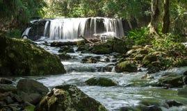 Wasserfall und Fluss Lizenzfreies Stockbild