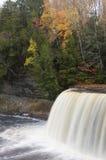 Wasserfall und Fluss im Herbst, vertikal Stockbild