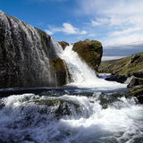 Wasserfall und Fluss in Island stockbild