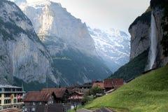 Wasserfall und großer Berg in der Schweiz lizenzfreie stockfotos