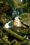 Wasserfall und Herbst lizenzfreies stockbild
