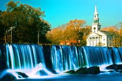 Wasserfall und Kirche Milford Lizenzfreies Stockfoto