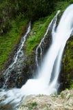 Wasserfall und kleine Kaskade in den Wäldern von Washington State Stockbilder