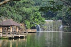 Wasserfall und Pavillon Lizenzfreie Stockfotos