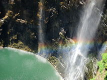 Wasserfall und -regenbogen Lizenzfreie Stockfotografie