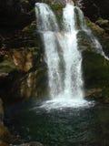 Wasserfall und Regenbogen Stockbild