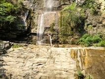 Wasserfall und schönes Mädchen in den Wassertropfen lizenzfreie stockfotos
