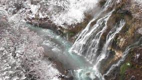 Wasserfall und schneebedeckter Wald stock video footage