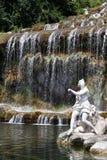 Wasserfall und Skulptur lizenzfreies stockbild
